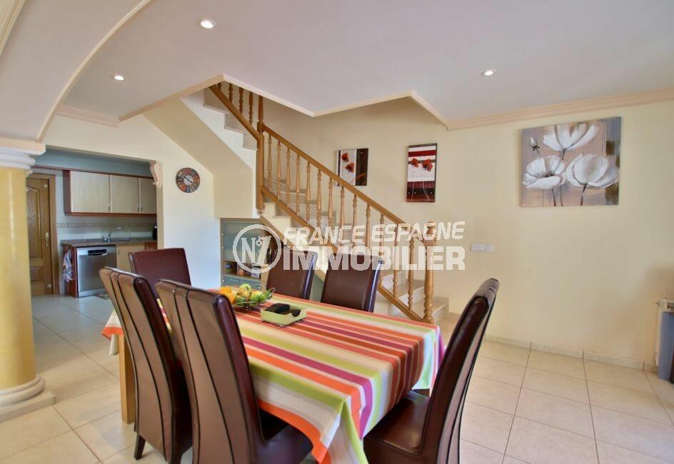 vente empuriabrava: villa 142 m², salon / séjour avec cuisine ouverte, vue sur les escaliers