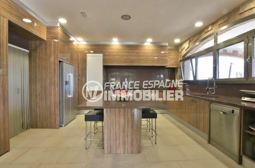 immo center roses: villa 500 m², cuisine américaine ouverte sur le salon / séjour