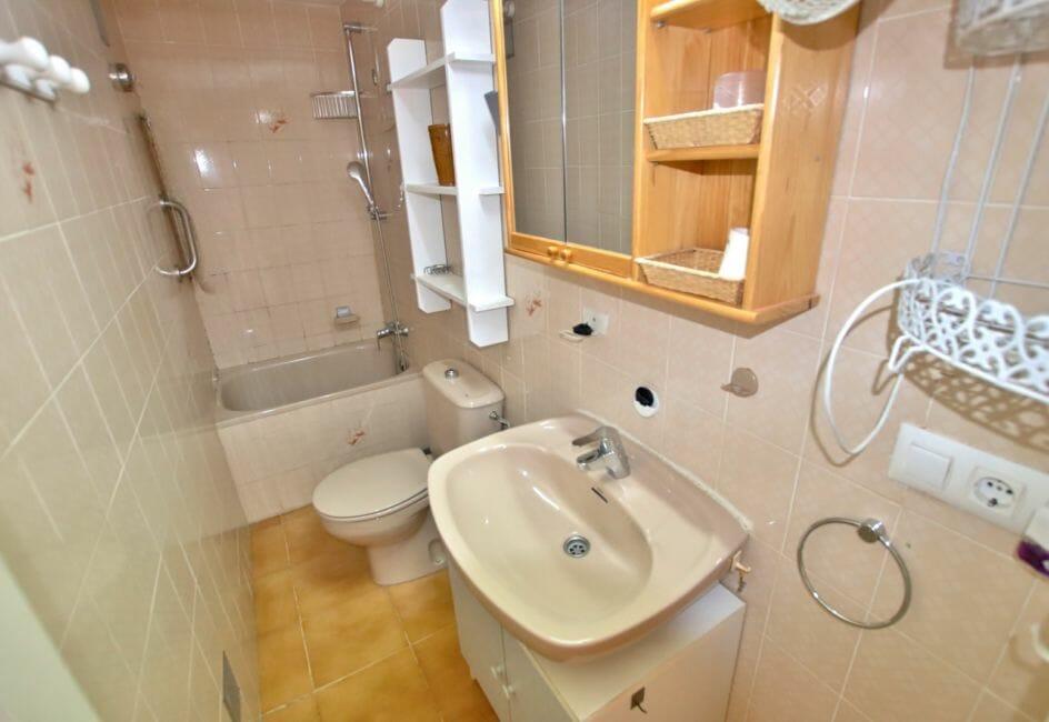 vente appartement roses espagne, piscine, salle de bains avec baignoire, lavabo et wc