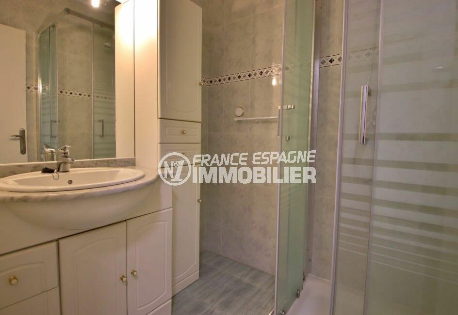 agence immobiliere costa brava: appartement 50 m², salle d'eau avec cabine de douche et vasque