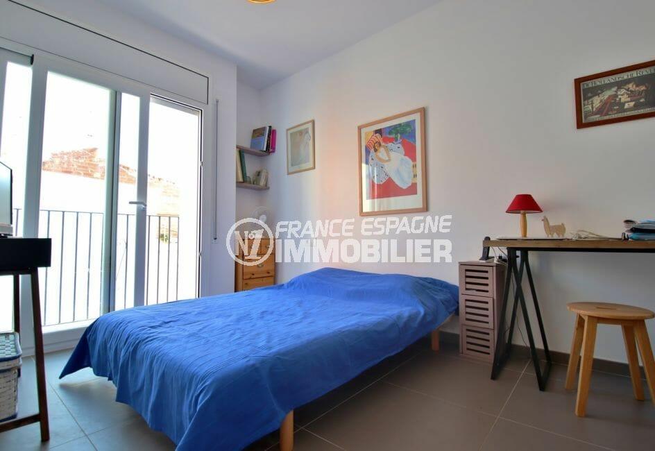 immo center roses: villa 109 m², chambre 2 avec lit double et coin bureau
