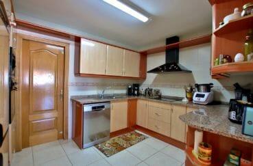 agence empuriabrava: villa 142 m², cuisine ouverte équipée avec rangements