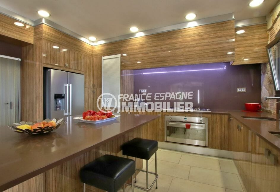 immobilier à rosas espagne: villa 500 m², grande cuisine américaine équipée et fonctionnelle