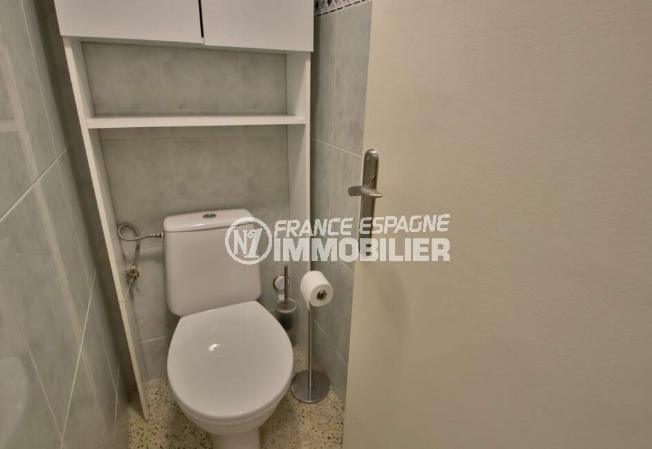 achat appartement rosas, secteur prisé, toilettes indépendantes avec rangements