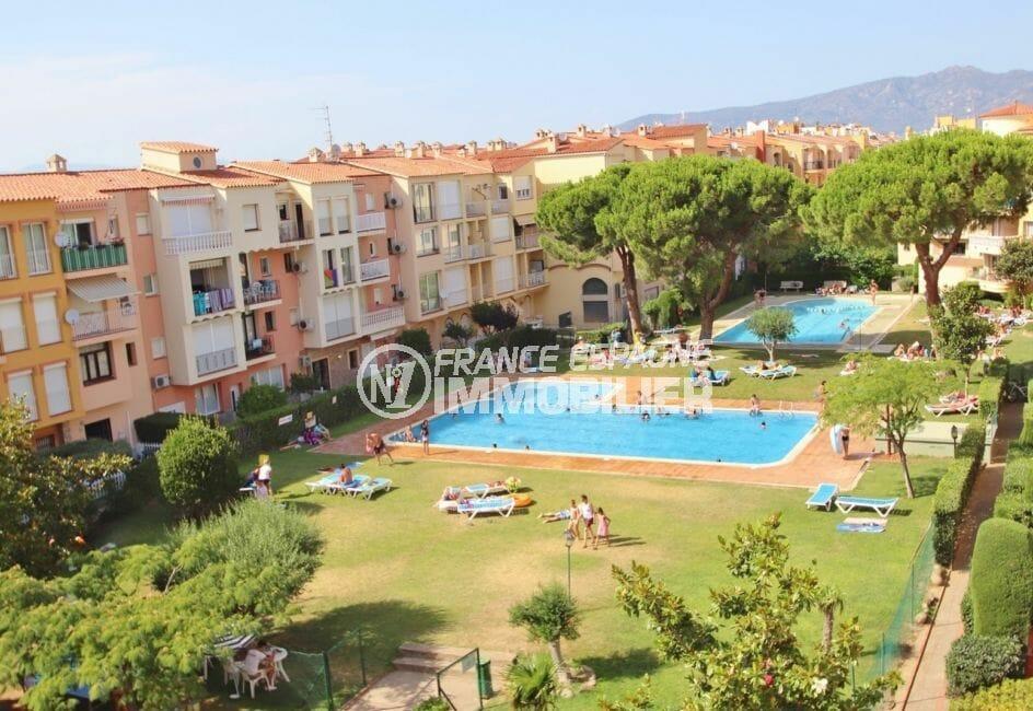 la costa brava: appartement 75 m², vue d'ensemble sur la résidence avec piscine