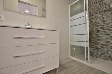 acheter sur la costa brava: villa 91 m², suite parentale avec douche à l'italienne et vasque