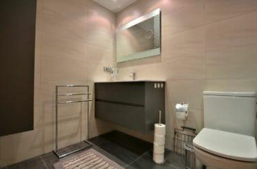 agence immobiliere costa brava: appartement 80 m², salle d'eau avec meuble vasque et wc