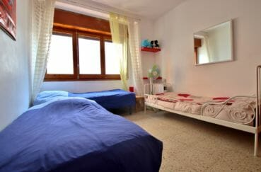 immobilier à rosas espagne: villa centre-ville, chambre 4 avec trois lits simples