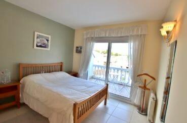 vente villa empuriabrava, piscine, première chambre avec lit double accès balcon