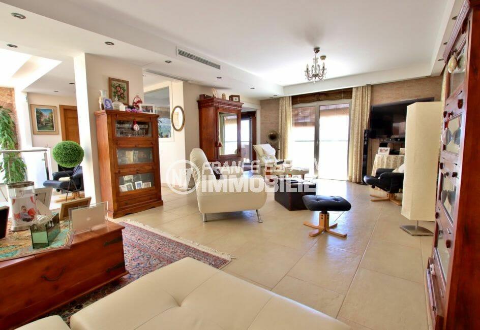 achat maison costa brava, rosas, salon / séjour lumineux à l'éatge accès terrasse