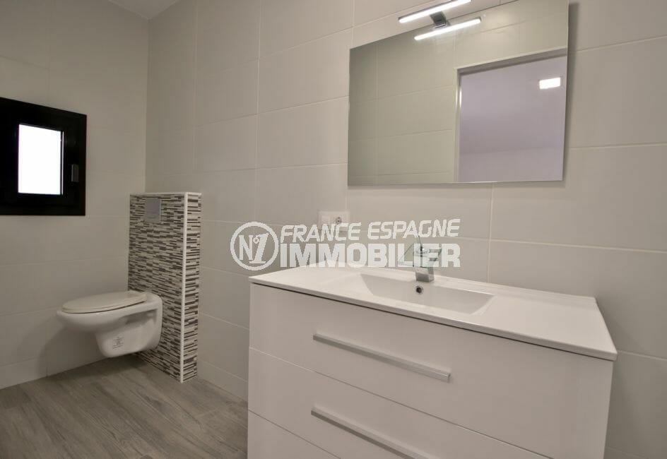 vente immobilier espagne costa brava: villa 91 m², salle d'eau avec meuble vasque et wc