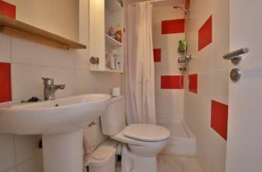 immobilier espagne roses: villa 109 m², salle d'eau avec douche, lavabo et wc