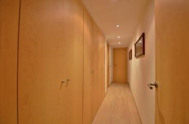 appartement à vendre à rosas espagne, piscine, couloir qui dessert autres pièces, nombreux placards