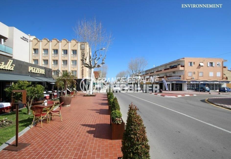 centre-ville et commerces près de la plage aux environs