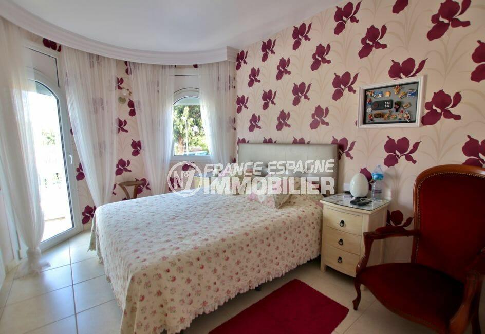 la costa brava: villa 142 m², deuxième chambre avec lit double accès balcon