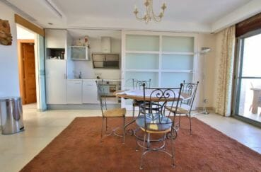 achat roses espagne: villa 500 m², cuisine aménagée spacieuse avec coin repas