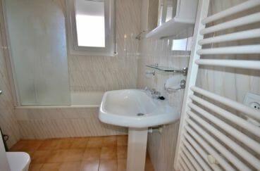 maison a vendre espagne, empuriabrava, salle de bains avec lavabo et wc appartement indépendant
