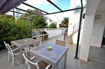 la costa brava: villa 128 m², aperçu du portail extérieur + terrasse avec cuisine d'été