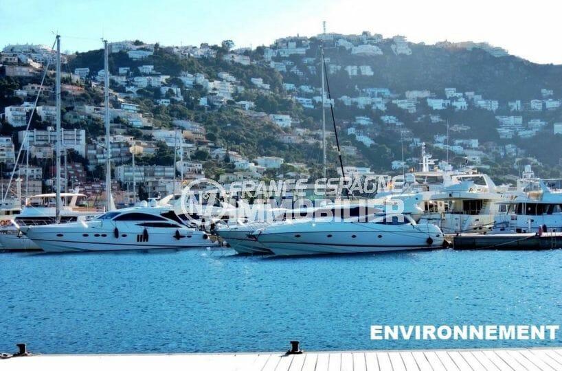 vue sur les voiliers et embarcadères à proximité