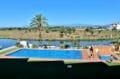immocenter roses: appartement 80 m², aperçu de la piscine communautaire et du parc naturel