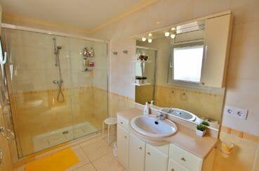 vente immobilier costa brava: villa 142 m² salle d'eau avec douche, vasque et wc