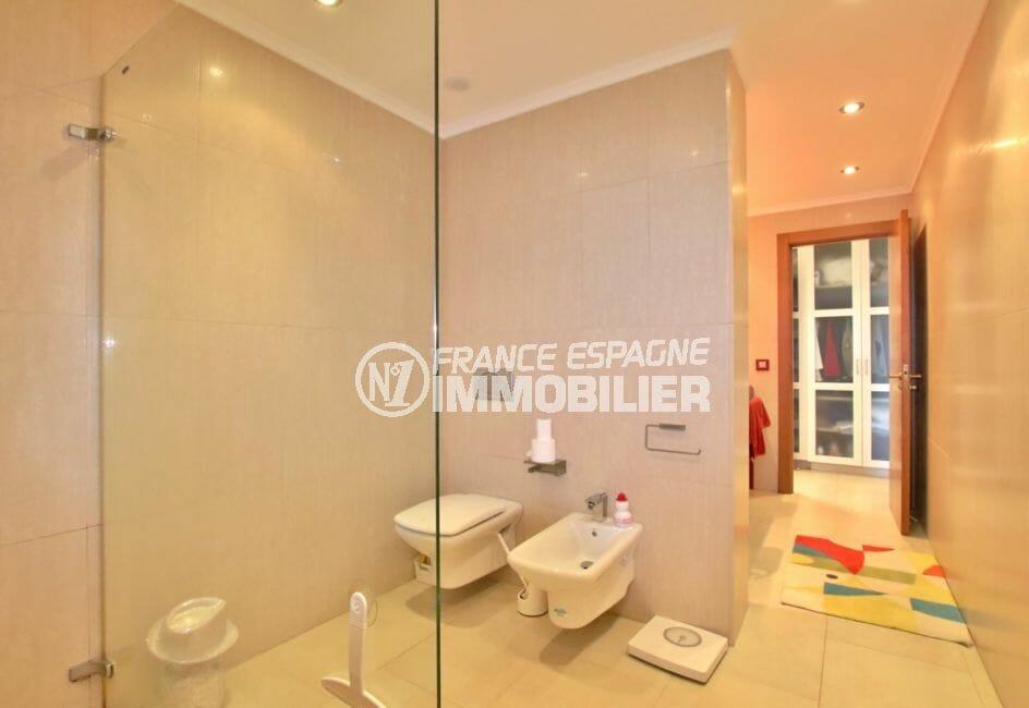 immobilier rosas espagne vente: villa 500 m², salle d'eau suite parentale avec douche, bidet et wc
