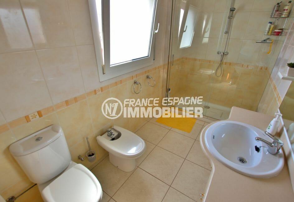 vente immobiliere costa brava: villa 142 m², salle d'eau avec douche, vasque, wc et bidet