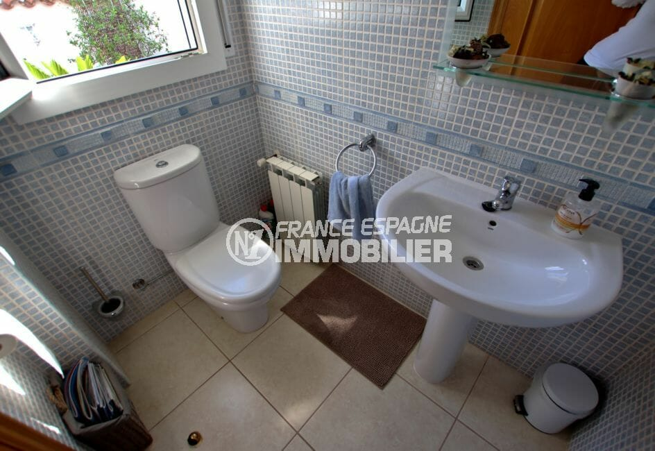 maison a vendre espagne bord de mer, empuriabrava, toilettes indépendantes avec lavabo