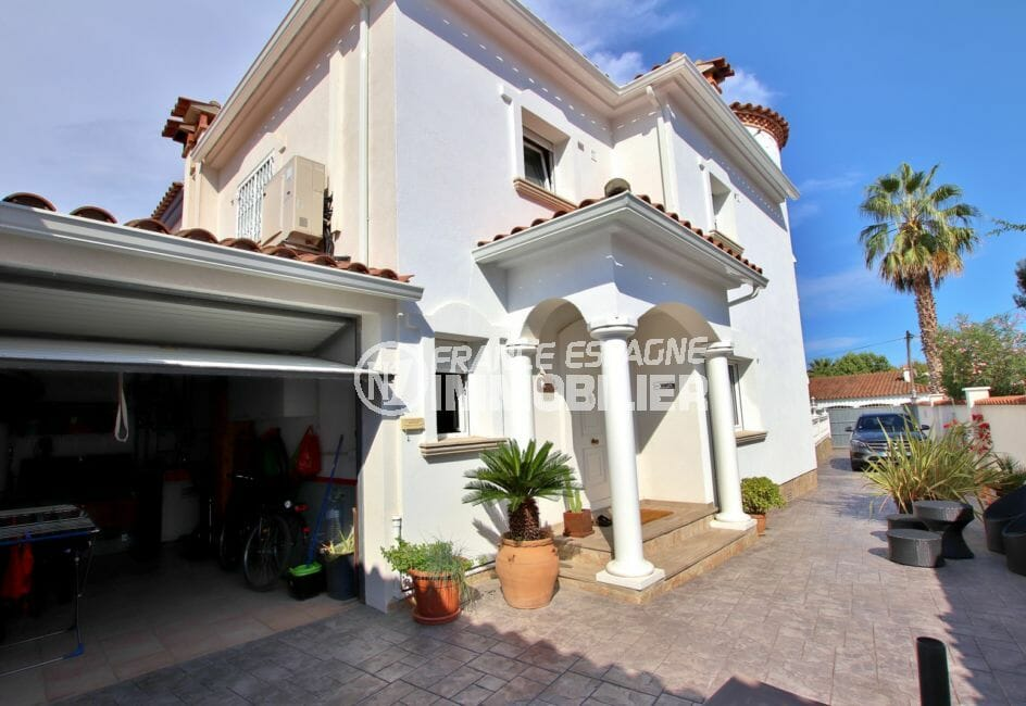 vente immobiliere espagne costa brava: villa 142 m², aperçu de la jolie façade et du garage