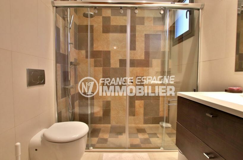 vente immobiliere espagne costa brava: villa 500 ², salle d'eau attenante de la suite parentale