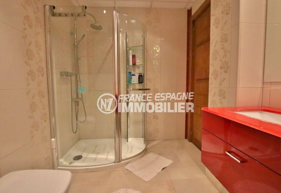 maison a vendre espagne bord de mer, rosas, salle d'eau avec douche, vasque et wc