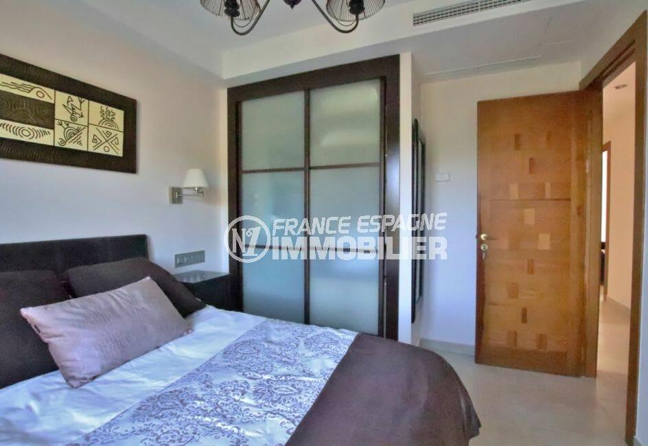 espagne roses: villa 500 m², troisième suite parentale avec lit double et rangements