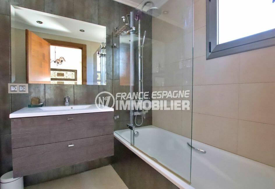 rosas en espagne: villa 500 m², salle d'eau attenante de la troisième suite parentale