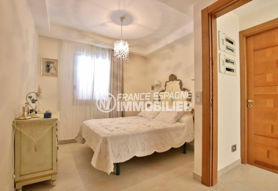 achat maison espagne costa brava, rosas, chambre lumineuse avec lit double et rangements