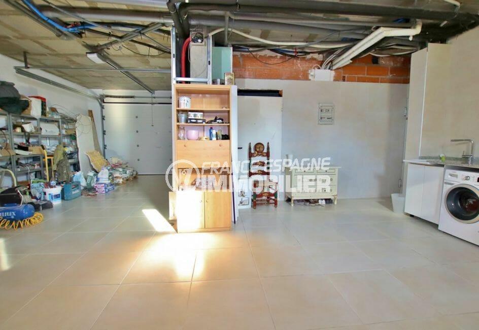 vente immobilière espagne costa brava: villa 500 m², grand garage de 75 m² avec rangements et buanderie