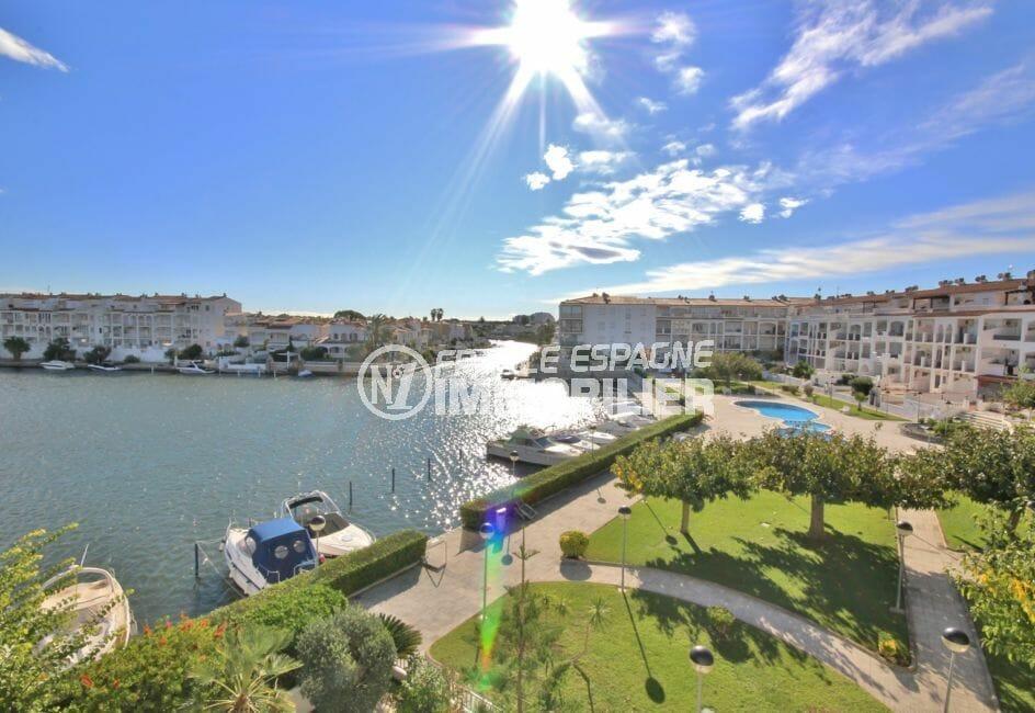 appartement à vendre à empuriabrava, belle vue canal, piscine et parking, proche plage