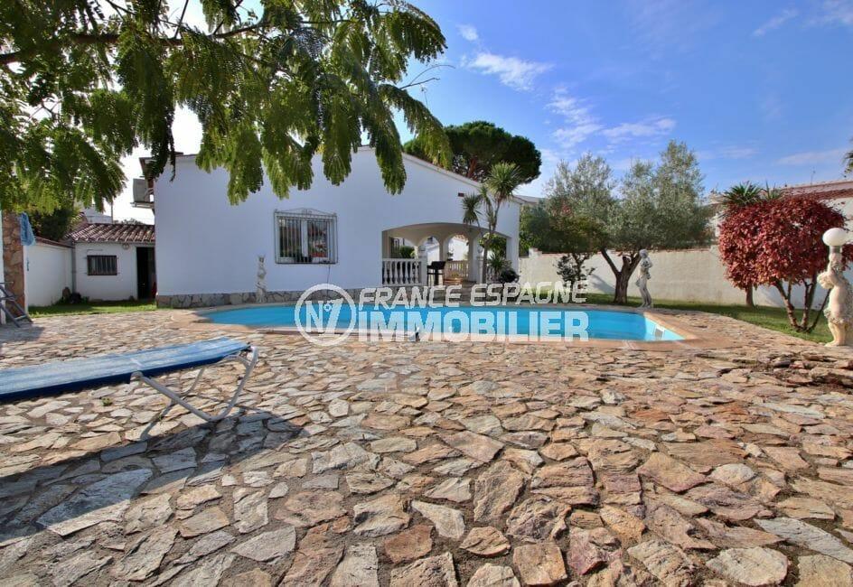 agences immobilières empuriabrava: villa plain-pied, garage et piscine, proche plage