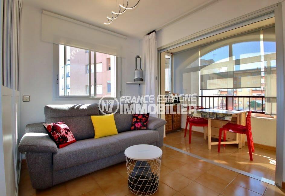 immo roses: appartement 28 m², pièce principale lumineuse avec terrasse véranda
