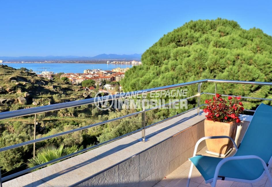 vente appartement rosas, secteur prisé, atico rénové avec vue mer, parking privé