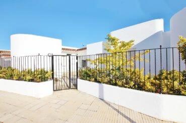 maison roses, grande terrasse, secteur résidentiel, proche plage et commerces