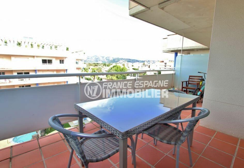 roses immobilier: appartement 57 m², terrasse de 15 m² coin détente avec vue piscine