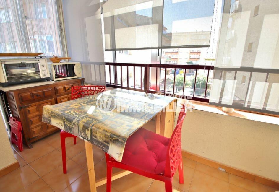roses espagne: appartement 28 m², terrasse véranda aménagée coin repas