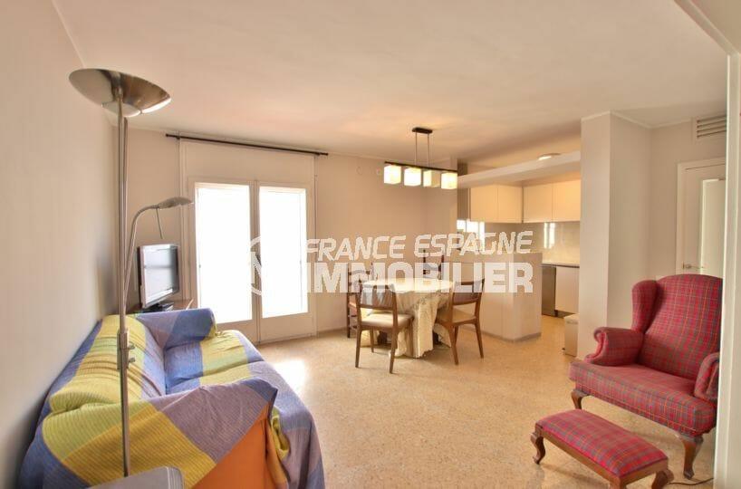 agence immobiliere costa brava: villa 99 m², salon / séjour avec cuisine ouverte accès terrasse