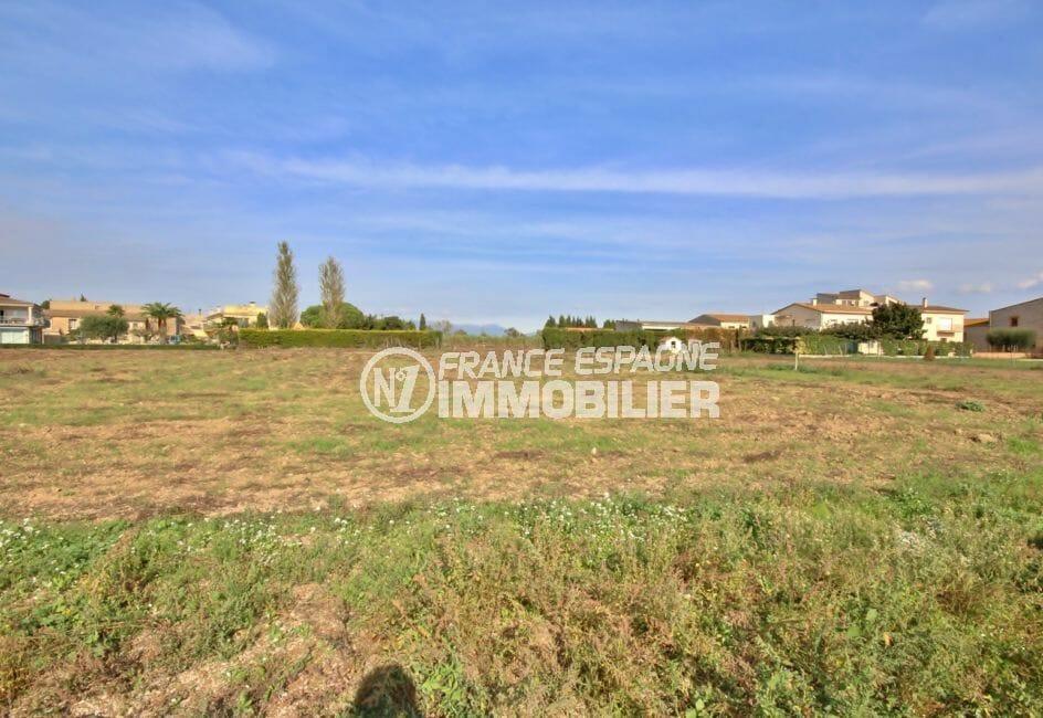 agence immobilière costa brava: terrain de 10 378 m² dans secteur résidentiel de rosas
