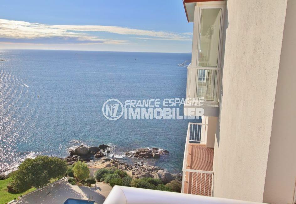 roses espagne: appartement 64 m², vue latérale sur la mer depuis le balcon