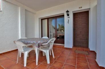 maison empuriabrava, terrasse avec coin repas aménagé, vue porte d'entrée