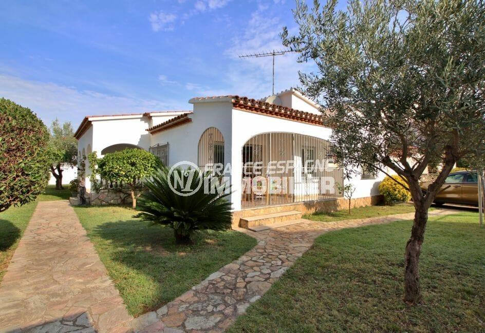 maison a vendre empuriabrava, piscine, aperçu de la façade et terrain de 617 m²