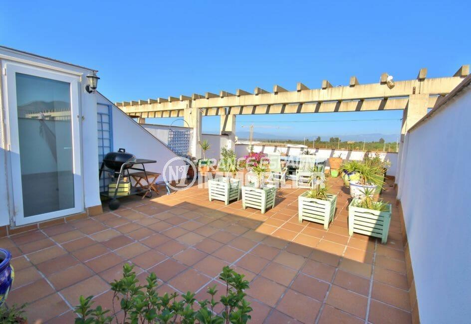 roses espagne: appartement 55 m², grande terrasse solarium de 64 m² vue marina