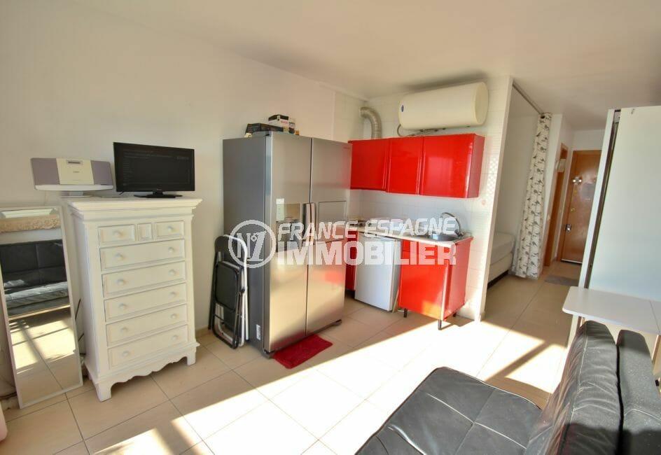 vente appartement empuriabrava, proche plage, pièce principale coin cuisine avec rangements