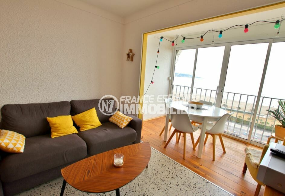 agence immobiliere costa brava: studio 33 m², salon ouvert sur la véranda vue mer